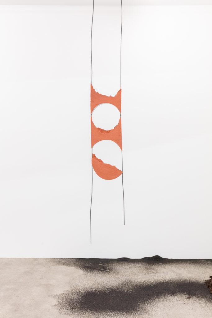 Angelika Loderer, Quiet Fonts #6, 2017, sand and steel, 299 x 35 x 8 cm. Photography: www.kunst-dokumentation.com. Courtesy: Sophie Tappeiner.